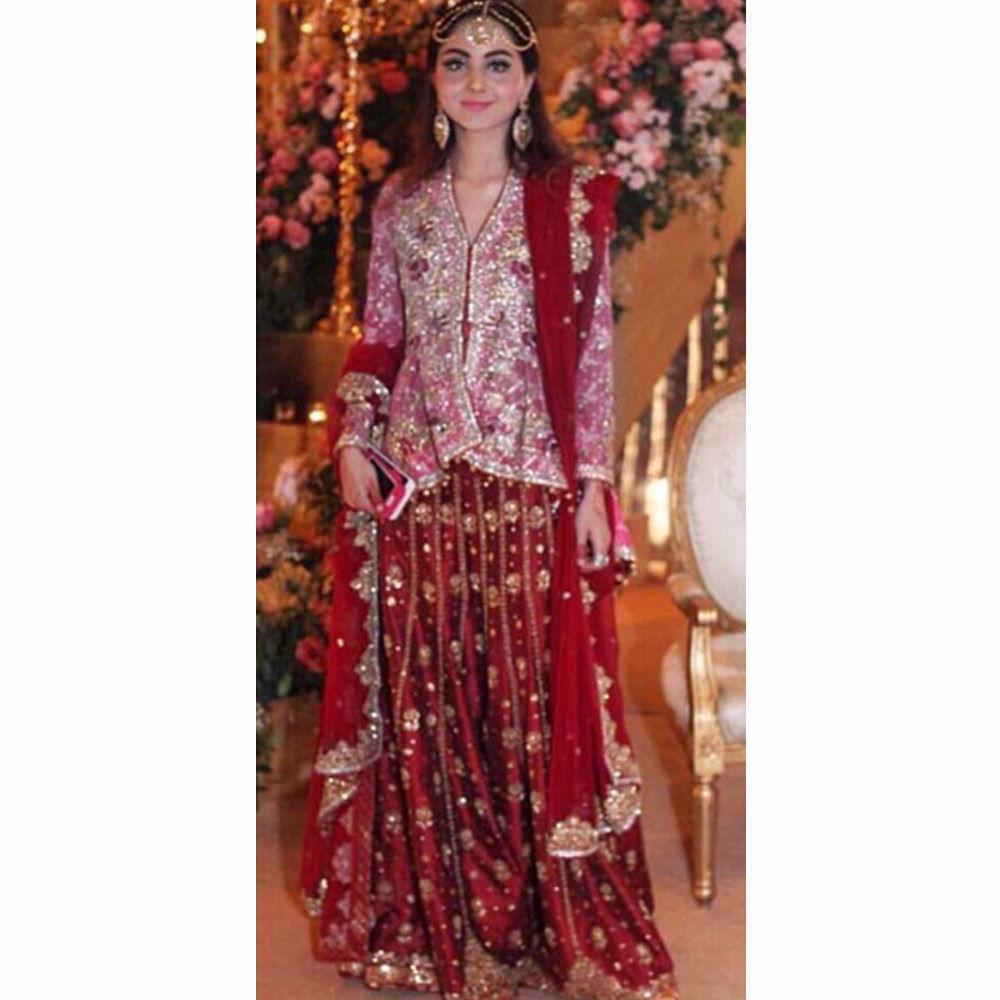 Picture of The gorgeous Gulzar girl Aiza Alzi looking beautiful in Farah Talib Aziz lengha with structured peplum