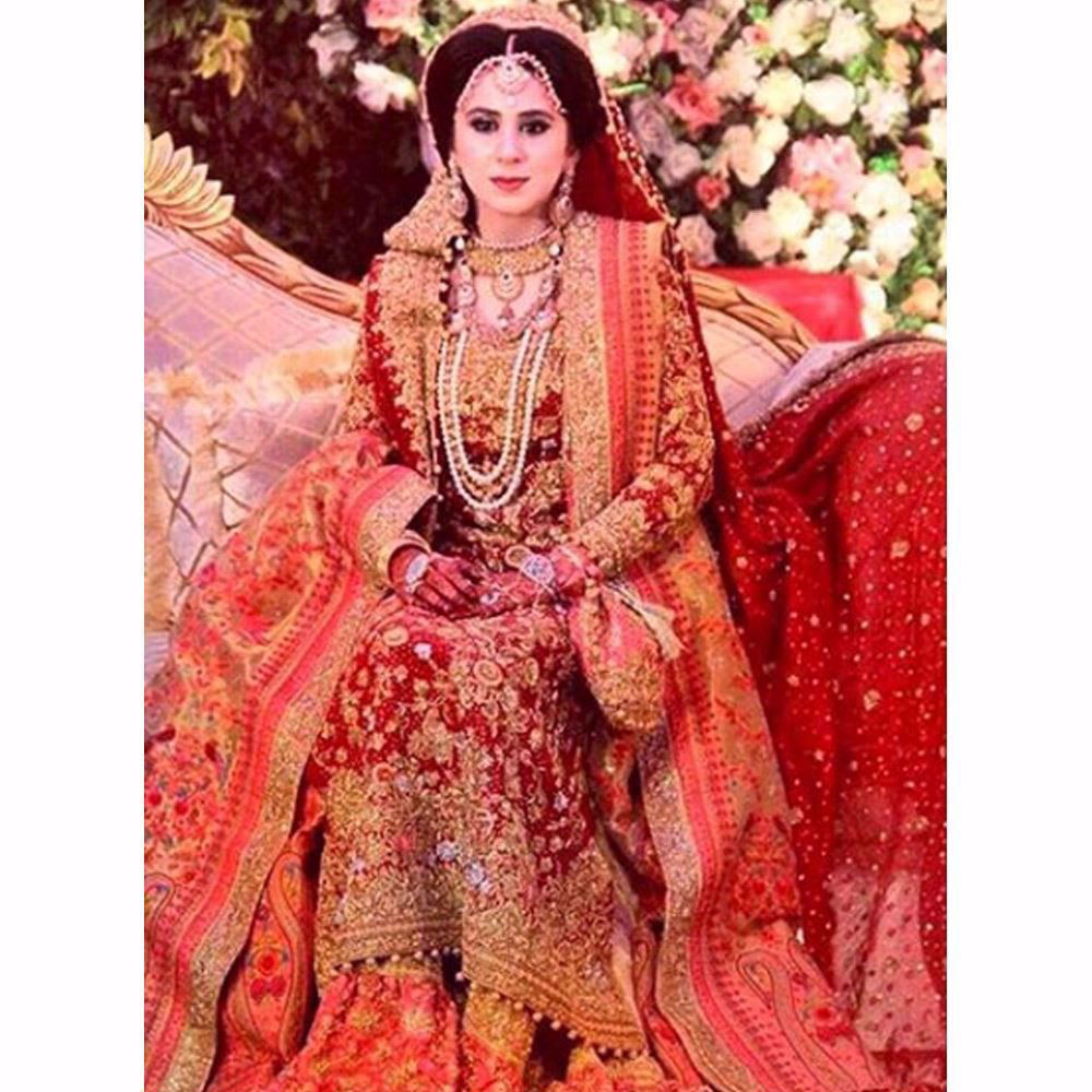 Picture of Maham looking absolutely breathtaking in a traditional Farah Talib Aziz bridal