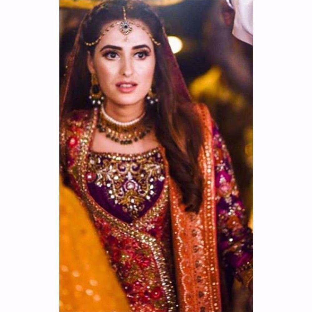 Picture of Anum Rajwani simply glowing on her Mehndi in a signature Farah Talib Aziz angarkha