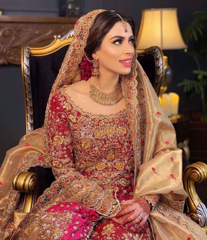 Picture of Eesha Lashari, gorgeous in a stunning scarlet signature #FarahTalibAziz ensemble accentuated with intricate zardozi and aari embellishments. Embracing the traditional eastern charm of a heritage bridal