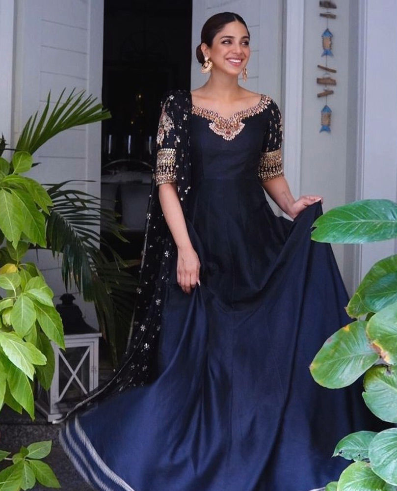 Picture of The ever so graceful Sonya Hussyn is simply stunning in our uber glam Siyah Zar Kalidaar.