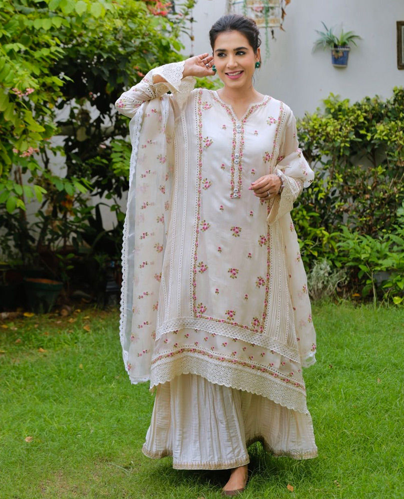 Picture of The gorgeous Mansha Pasha celebrating Eid at home with loved ones in a pristine ivory #FarahTalibAziz ensemble.'